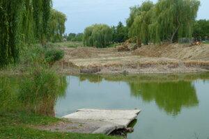Takto vyzeral rybník vlani v lete.