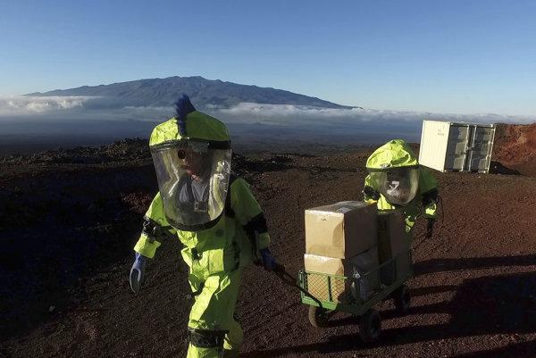 Astronauti simulovanej misie počas jednej z vychádzok mimo kupolu.