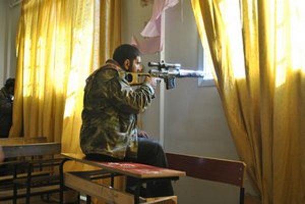 Povstalec na svojej pozícii v štvrti Homus Deir Baalbeh.