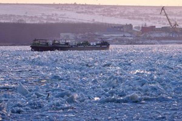 Loď na rumunskom zamrznutom úseku Dunaja.