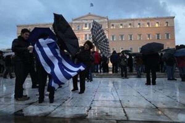 Gréci protestujú pred parlamentom v Aténach. Škrty im prekážajú čoraz viac.