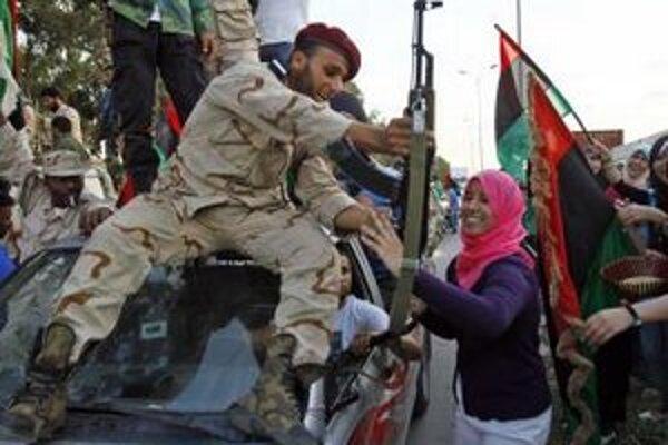 Nadšený dav víta v Benghází líbyjských revolučných bojovníkov, vracajúcich sa zo Syrty, oslobodeného rodného mesta zosadeného líbyjského vodcu Muammara Kaddáfího.