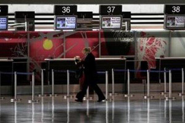 Pasažieri čakajú na odlety na medzinárodnom letisku v meste Larnaka..