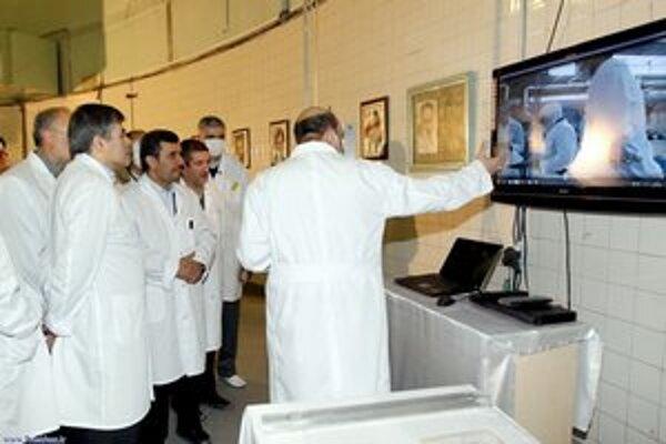 Iránsky prezident Mahmúd Ahmadínežád a jadroví vedci počas návštevy výskumného teheránského reaktoru.