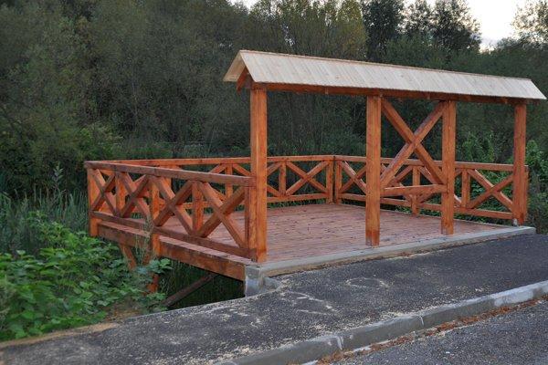 Nová vyhliadka nad rybníkom.
