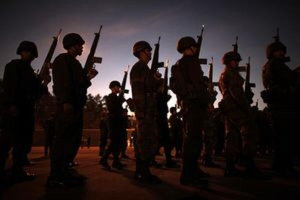 Od roku 2006 bojuje proti drogovým gangom aj armáda.