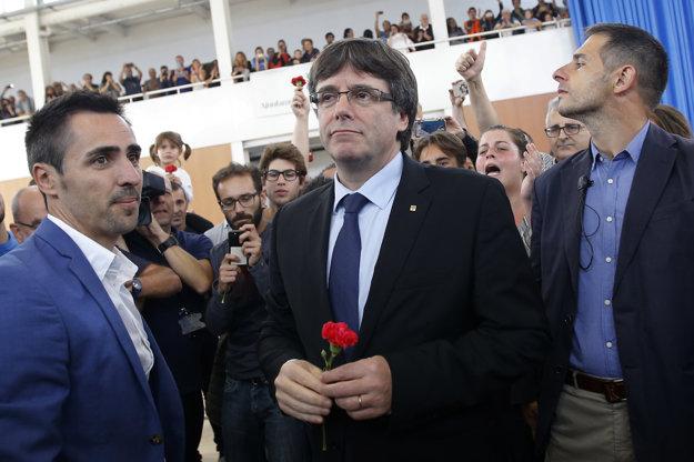 Katalánsky premiér Carles Puigdemont navštívil hlasovaciu miestnosť v miestnej školskej telocvični v obci Sant Juliá de Ramis.
