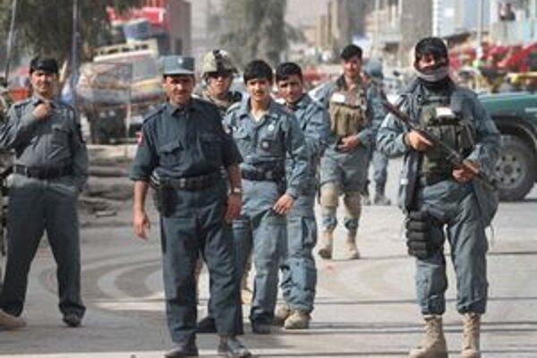 Vojaci a policajti na mieste útoku v Kandaháre.