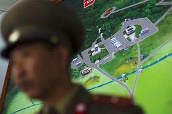 Severokórejský vojak pred maketou demilitarizovanej zóny.