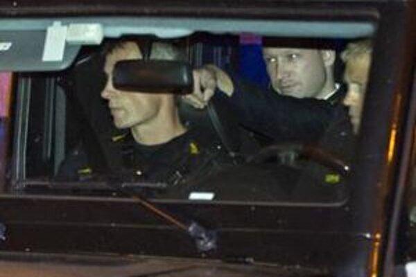Nórsky masový vrah Anders Breivik sedí na zadnom sedadle policajného auta počas príchodu na neverejné vypočúvanie.