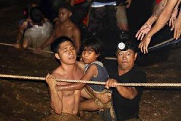 Zosuv pôdy v juhofilipínskom regióne Mindanao zabil najmenej 25 ľudí.