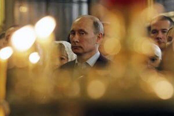 Ruský premiér Vladimir Putin oslávil pravoslávne Vianoce v petrohradskom chráme, kde ho tajne dala pokrstiť jeho mama.