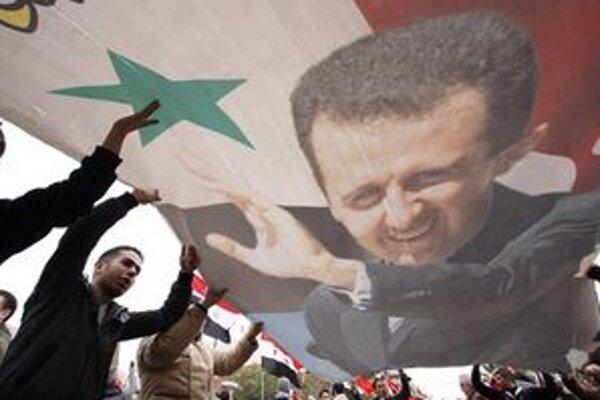Prívrženci prezidenta Asada v uliciach.