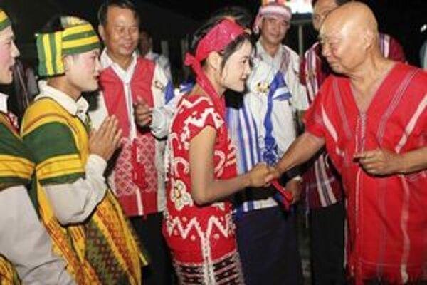Zástupca Karenov Mutu Saipo po spoločných raňajkách s členmi barmskej vlády.
