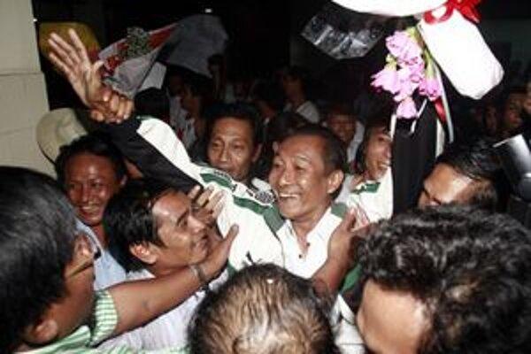 Ľudia oslavujú prepustenie jedného z politických väzňov.