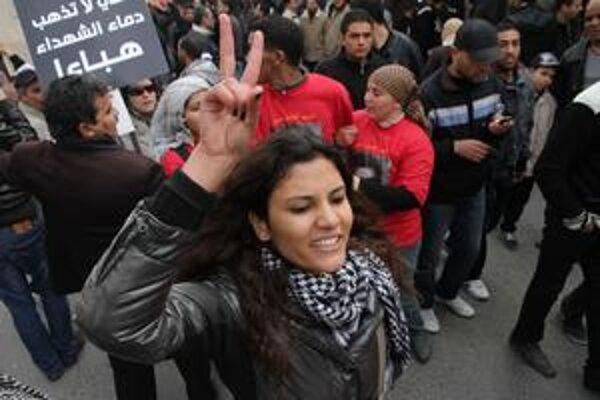 Víťazné gesto tuniskej ženy, ktorá prišla osláviť rok od revolúcie.