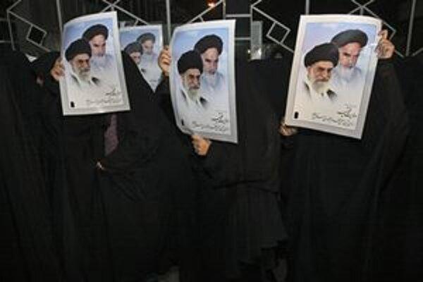 Ženy s portrétmi ajatolláha Alího Chameneího.