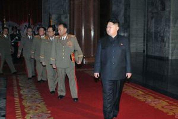Kim Čong-una sprevádzajú najvyšší predstavitelia ozbrojených síl.