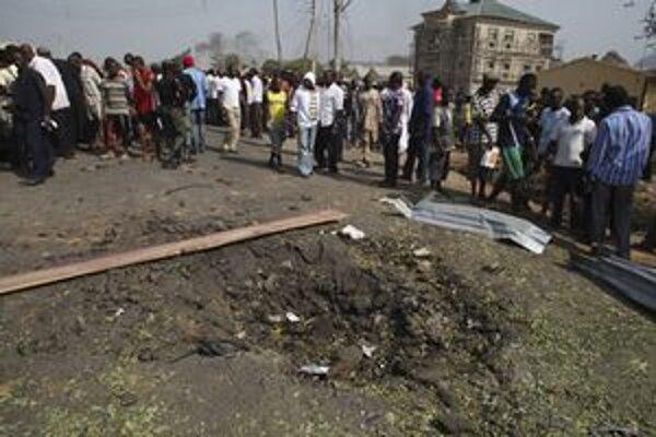 Kráter po výbuchu pri Abuji.