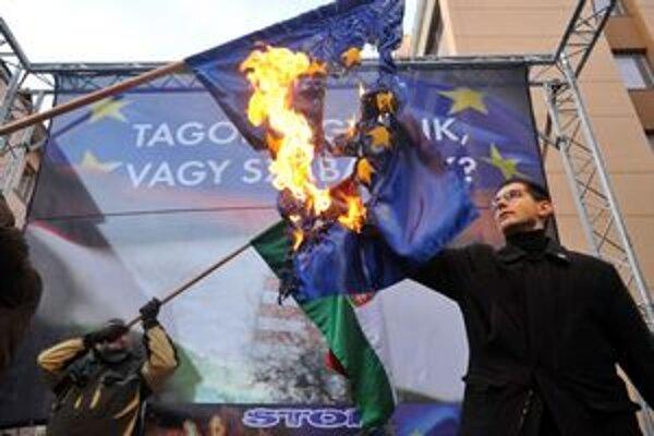 Vlajku Európskej únie pálili počas sobotňajšej demonštrácie opozičného extrémne pravicového Hnutia za lepšie Maďarsko-Jobbik.