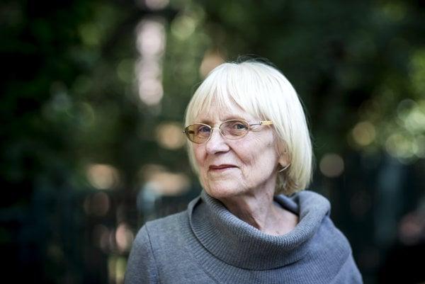Alta Vášová (1939) pochádza zo Sevljuše na Zakarpatskej Ukrajine. Vyštudovala matematiku a fyziku na Vysokej škole pedagogickej v Bratislave, do roku 1968 pôsobila ako učiteľka, potom dva roky ako dramaturgička Slovenskej televízie a následne začala písať na voľnej nohe. Je autorkou viacerých próz pre dospelých aj pre deti a mládež,  televíznych scenárov ak niekoľkých libret známych muzikálov. Za zbierku próz Ostrovy nepamäti sa stala v roku 2008 laureátkou ceny Anasoft litera.