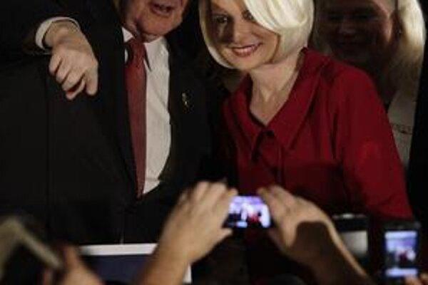 Newt Gingrich (na zábere s manželkou Callistou) sa v Južnej Karolíne vrátil do hry o prezidentskú nomináciu.