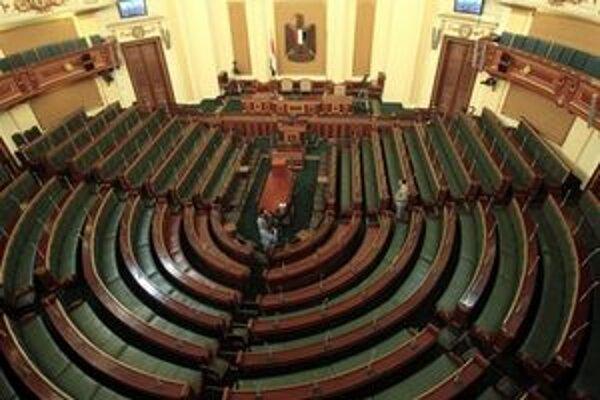 V budove parlamentu a jej okolí platia prísne bezpečnostné opatrenia.