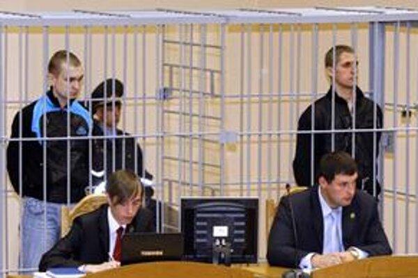 Dimitrij Konovaľov a Vladislav Kovaľov na súde v Minsku.