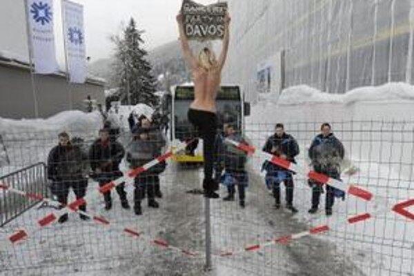 Polonahá Ukrajinka, ktorá sa snažila preniknúť na stretnutie politických lídrov.