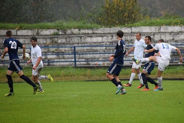 FK Čadca (v bielom) doma nestačil na Liptovský Hrádok.