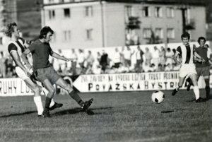 Jaroslav Jozefík (druhý zľava) počas prvého zápasu Kysuckého Nového Mesta v 2. Československej celoštátnej lige.