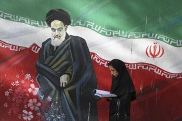 Zobrazenie lídra iránskej revolúcie z roku 1979 ajatolláha Chomeiního na stene bývalej americkej ambasády v Teheráne.