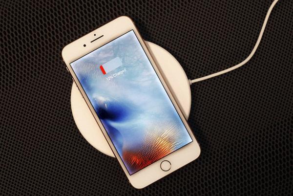 iPhone 8 plus  na bezdrôtovej nabíjačke.