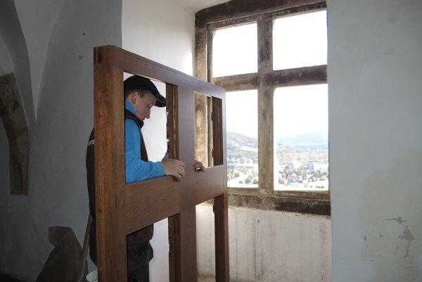 Na Trenčianskom hrade vymenia desiatky okien.
