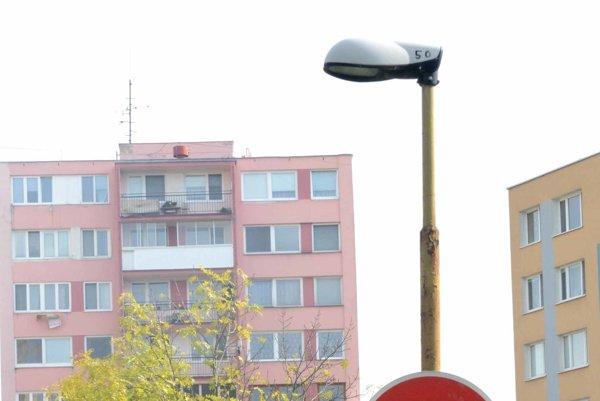 Lampy na Obrody a Ružínskej. Aj keď prišli medzitým verejné osvetlenie opraviť, vo vnútrobloku nefunguje už od pondelka minulého týždňa.
