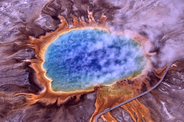 Veľký dúhový prameň. Yellowstone je stále geologicky činný.