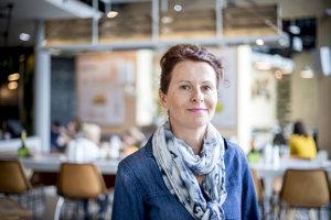 Silvia Horecká (49) má tridsaťročnú prax v gastronómii. So svojím blogom Terapia jedlom - prevencia pred civilizačnými ochoreniami správnym výberom potravín získala dvakrát titul Bloger roka. Študovala na univerzite v talianskom meste Siena.