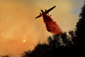 Ilustračné foto: Hasičské lietadlo likviduje lesný požiar na farme Hawkeye nad Geyserville v Kalifornii.
