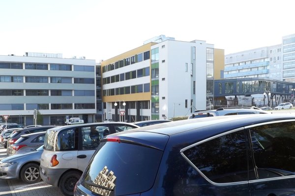 Oslovení vodiči sa zhodli, že sa situácia s parkovaním v areáli nemocnice zhoršila – majú problém nájsť voľné miesto.