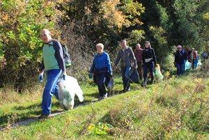 Členovia Senior klubu PKT Diviaky čistili trasu náučného chodníka lesoparku Bôr.