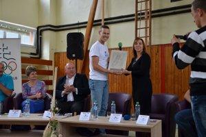 Matej Tóth odovzdal certifikát riaditeľke ZŠ na Ulici pionierov vRožňave Erike Mihalovičovej.