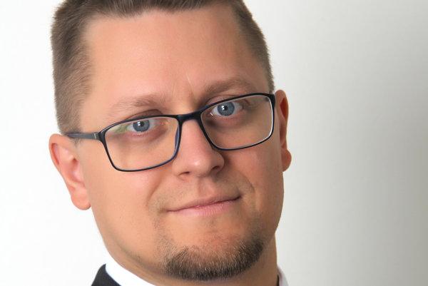 Jaroslav Cehlárik je dlhoročným riaditeľom Trnavskej asociácie sluchovo postihnutých, ktorá zabezpečuje najmä tlmočnícke služby pre nepočujúcich anedoslýchavých vTrnavskom kraji