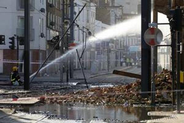 Hasiči si musia poradiť s horiacimi budovami v Londýne. Británia zažíva najhoršie nepokoje od 80. rokov.