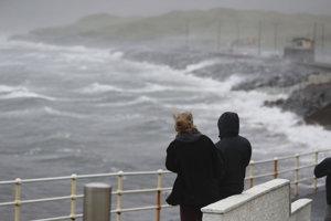 Ophelia zasiahla v pondelok pobrežie Írska a Británie.