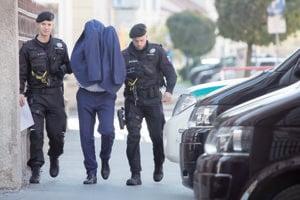 Policajná megarazia s krycím názvom Shark. Takto viedli kukláči cez víkend na Špecializovaný trestný súd mužov, ktorých zadržali v piatok. Trinásť zo 63 obvinených putovalo v nedeľu do väzby, ostatných zatiaľ stíhajú na slobode.