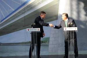 Predseda vlády Maďarska Viktor Orbán a predseda vlády SR Robert Fico počas slávnostného príhovoru pri príležitosti začiatku výstavby mosta cez rieku Dunaj.