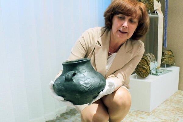 Iveta Géczyová so vzácnym exponátom múzea.