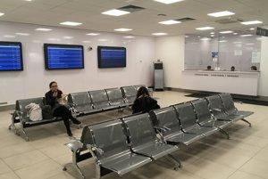 V dopravnej kancelárii sú miesta na sedenie aj informačné panely s odchodmi spojov.