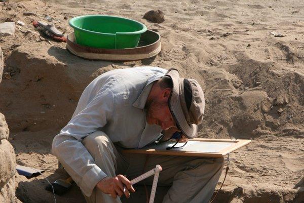 Práca v teréne. Odhaľuje tajomstvá života a stavieb v Egypte.