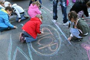 """Priestor na ceste, ktorá sa stala na dve hodiny """"pešou zónou"""", využili deti aj na kreslenie."""